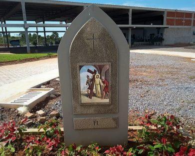 II Estação – Jesus toma a cruz aos ombros