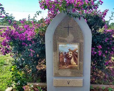 V Estação – Simão Cireneu ajuda Jesus a levar a cruz